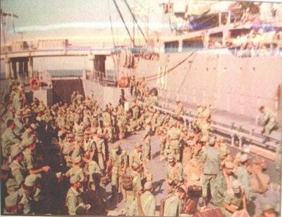 En la foto se ve la llegada a España de soldados procedentes del Sahara